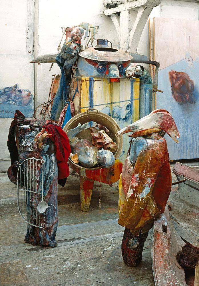 Skulpture u ateljeu u Eruvalu, 1990. godine