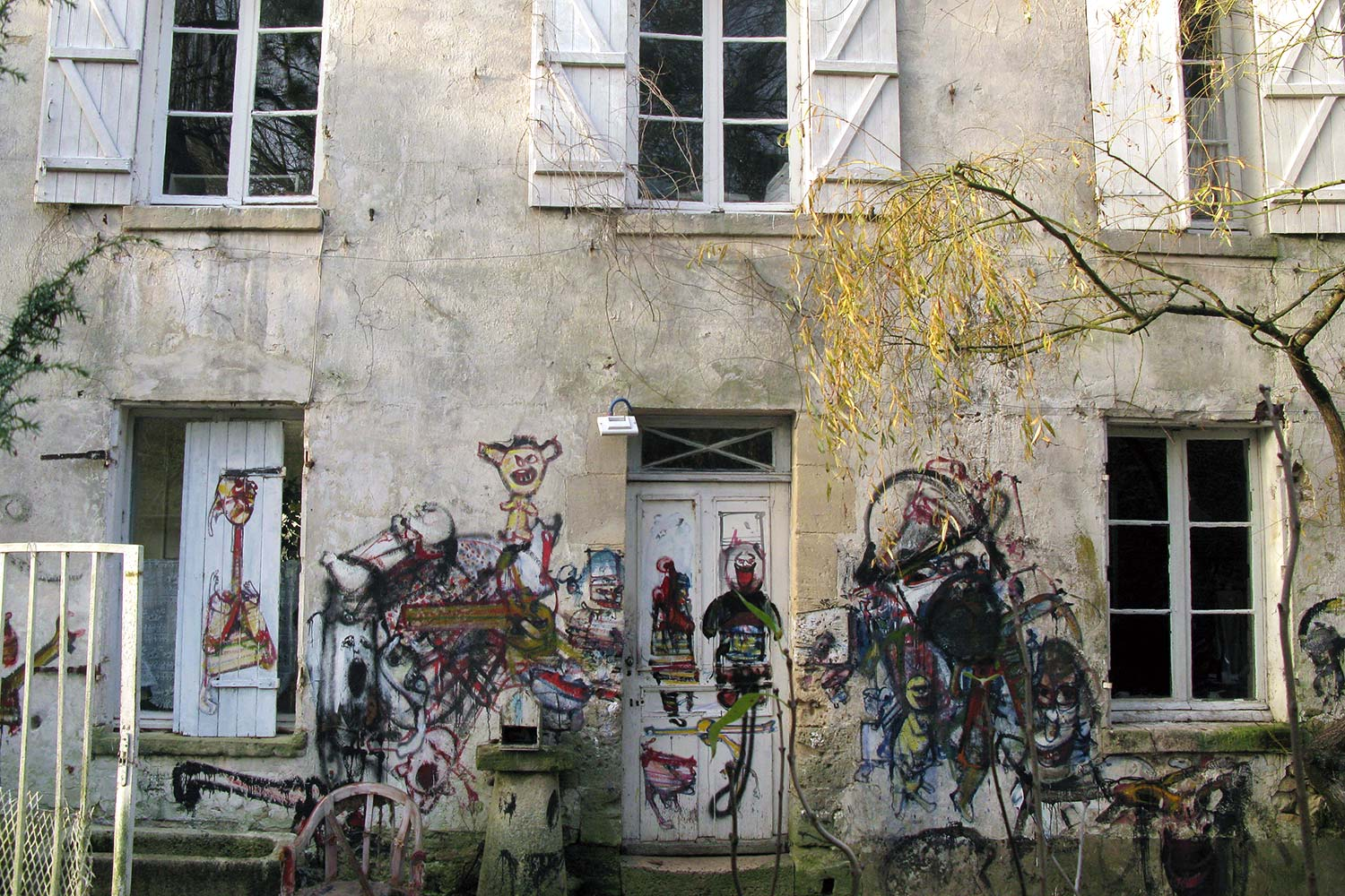 Entrance to the first building – Murals at Hérouval